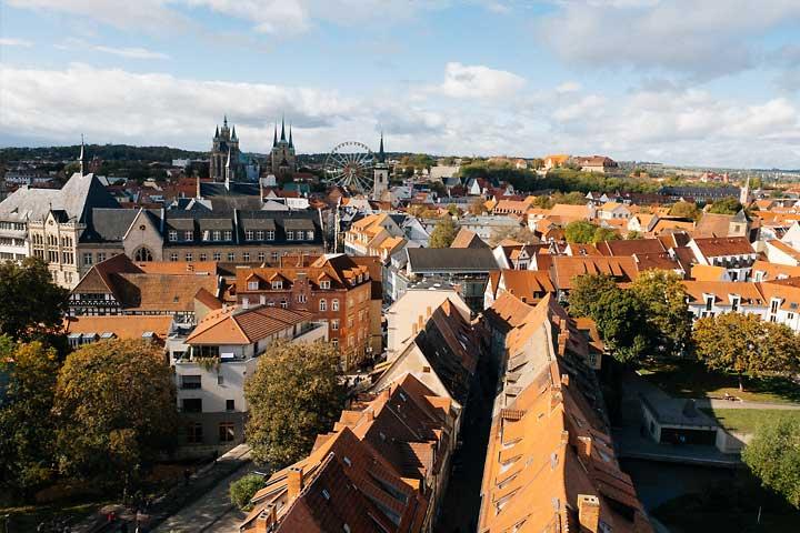 Günstige Webhosting Pakete aus Deutschland dargestellt durch einen Blick über Erfurt